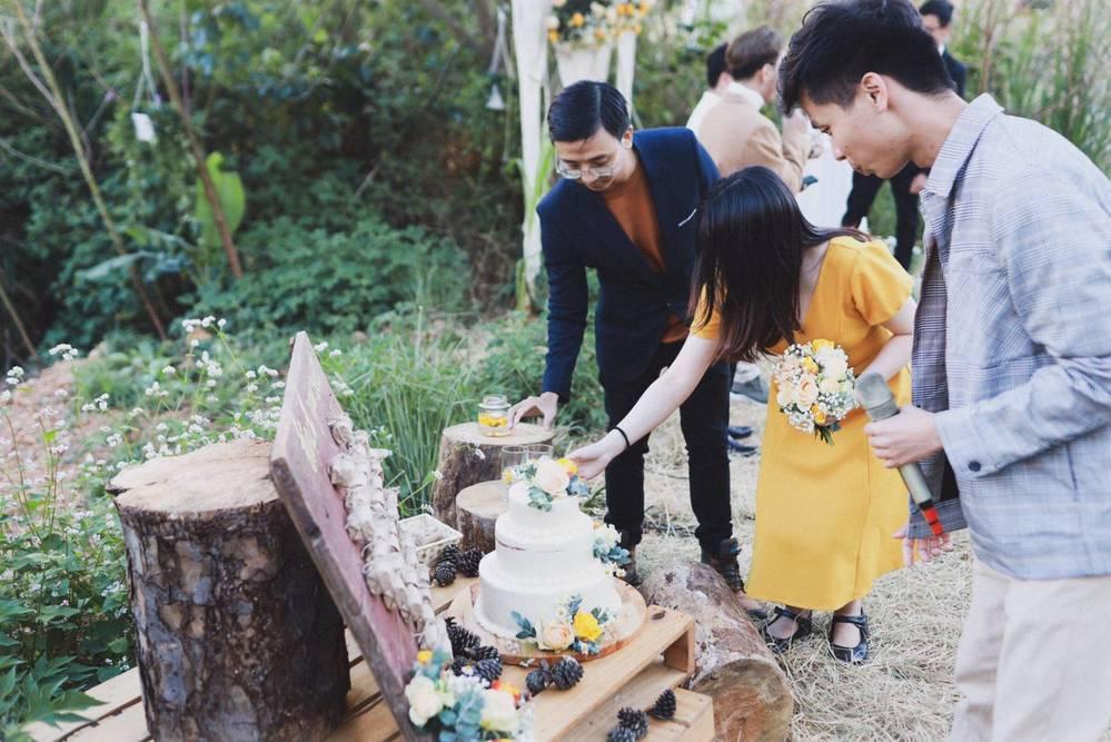 Lễ cưới được trang trí đơn giản nhưng vẫn có phần đẹp mắt.