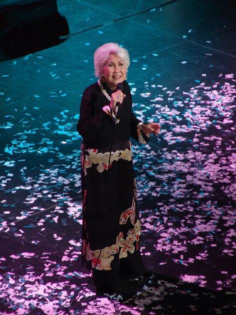 Khi lớn tuổi, danh ca Thái Thanh vẫn đứng hát trên sân khấu(Ảnh minh họa) - Tin sao Viet - Tin tuc sao Viet - Scandal sao Viet - Tin tuc cua Sao - Tin cua Sao