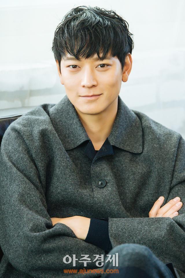Kang Dong Won là hình mẫu lý tưởng của nhiều cô gái, kể cả sao nữ. (Ảnh: Naver)