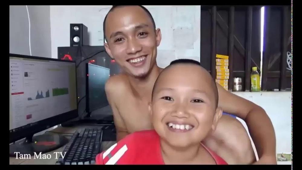 Anh em nhà Tam Mao TV trước khi nổi tiếng có cuộc sống khá cơ cực. (Ảnh: Tam Mao TV)