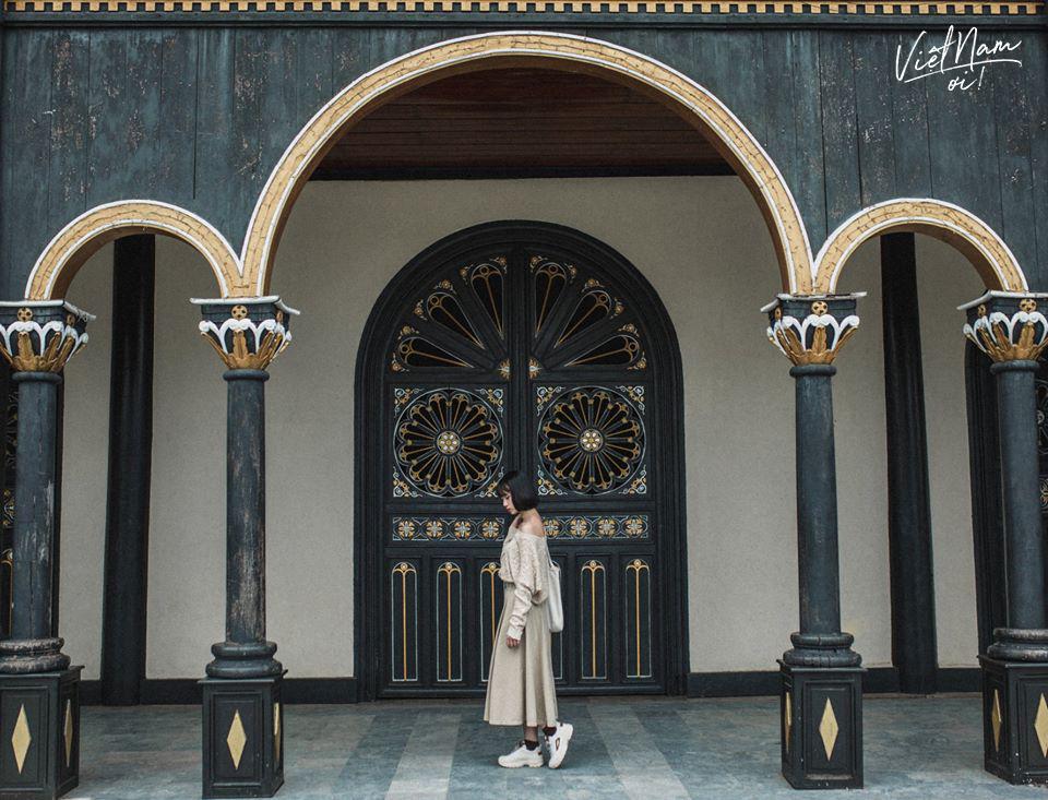Nhà thờ gỗ Kon Tum được thiết kế khá độc đáo.