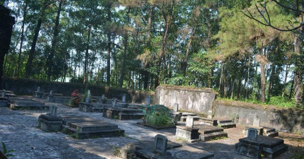 Những ngôi mộ của các thái giám, những người giám hộ hoàng cung tại Huế.(Ảnh: Dân trí)