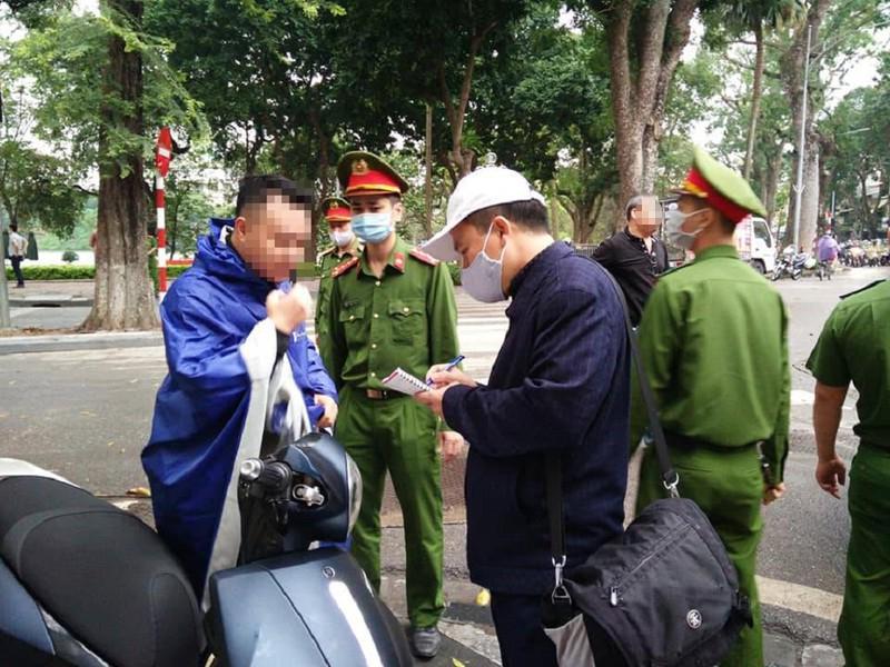 Người không đeo khẩu trang tại nơi công cộng sẽ bị xử phạt hành chính(Ảnh minh họa: PLO)