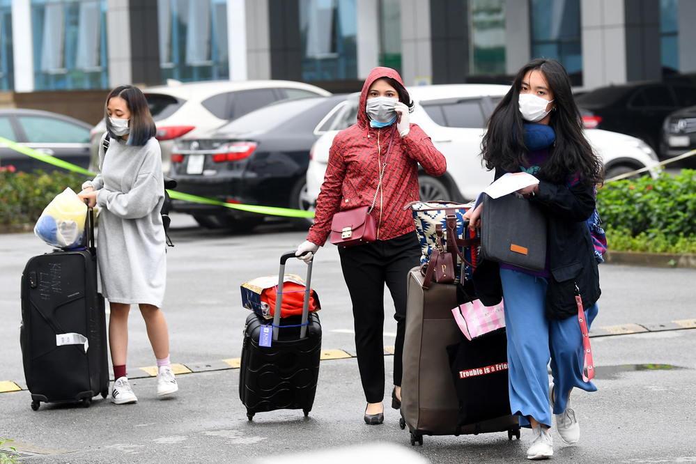 Nhiều người được cách ly tại Bệnh viện Bệnh Nhiệt đới Trung ương cũng được về nhà sau quá trình theo dõi sức khỏe (Ảnh: Tổ Quốc)