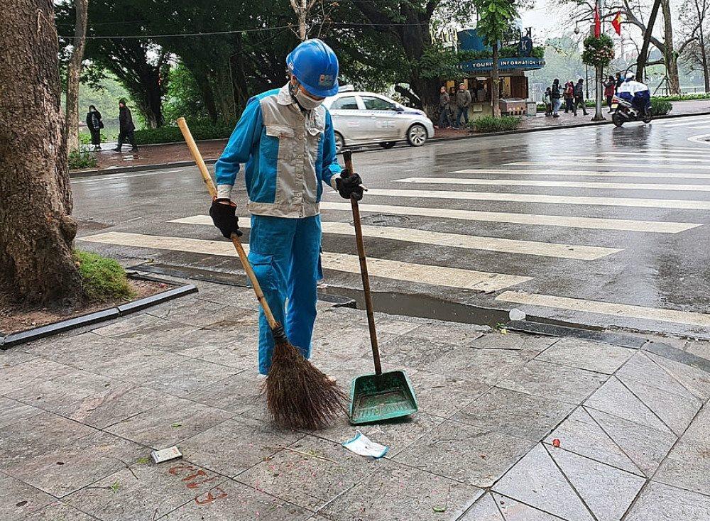 Hành vi vứt khẩu trang đã sử dụng ra vỉa hè, lòng đường có thể bị phạt tới 7 triệu đồng (Ảnh minh họa: Báo TNMT)