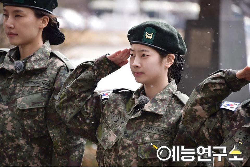 Dahyun bị lộ khuyết điểm nhưng bù lại làn da trắng sáng không tỳ vết(Ảnh: MBC).      Dahyun với với gương mặt không thay đổi nhiềutrong Real Men 300 (Ảnh: MBC).