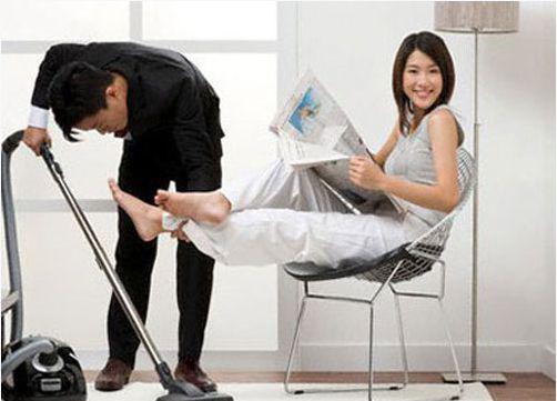 Công việc nhà mình không làm thì cũng đến tay vợ làm, ai làm mà chẳngnhư nhau. (Ảnh minh hoạ: Pinterest)