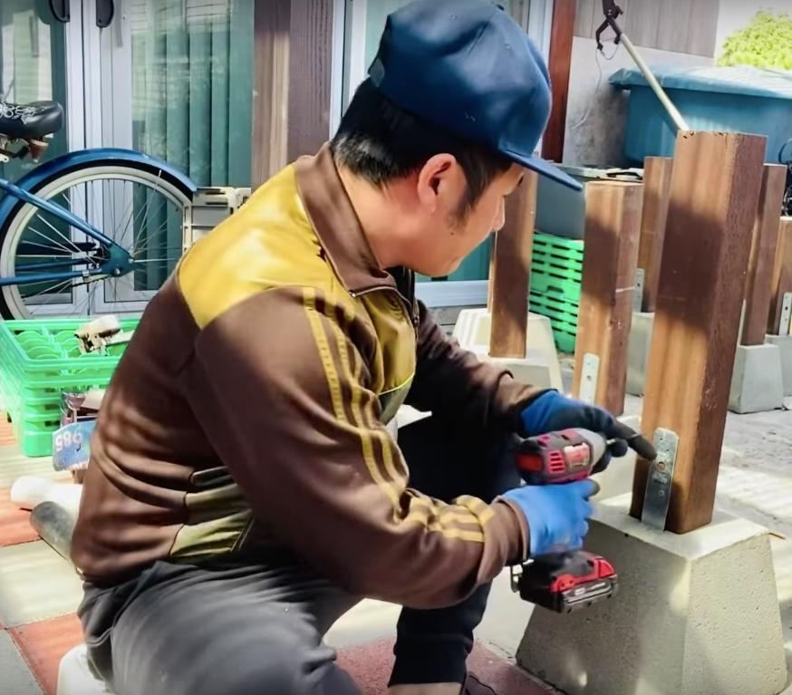 Anh tự tay khoan các trụ gỗ, đổ bê tông để tạo nên các dụng cụ trang trí độc đáo này. (Ảnh chụp màn hình) - Tin sao Viet - Tin tuc sao Viet - Scandal sao Viet - Tin tuc cua Sao - Tin cua Sao