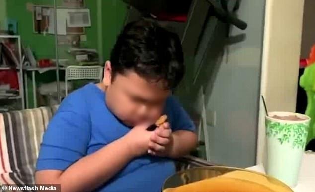 Adam âu yếm miếng thịt gà rán. (Ảnh cắt từ clip)
