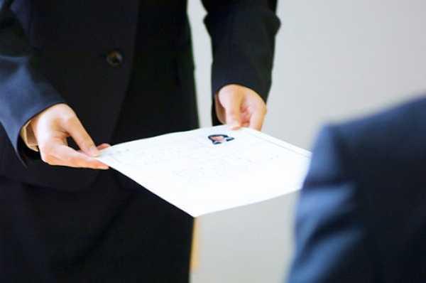 Hình ảnh một người đi xin việc,gửi hồ sơ cá nhân và đợi phỏng vấn(Ảnh: Luật Việt Nam)