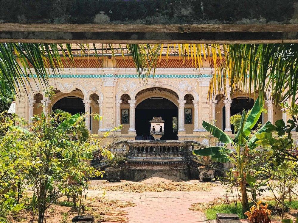 Nhà Cổ Cai Đường có kiến trúc đan xen giữa phương Tây và mang nét Á Đông.