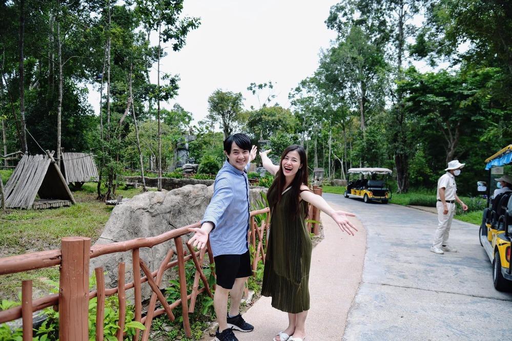 Cũng trong ngày hôm nay, khi đi sở thú Đông Nhi lại diện váy hay dây chất liệu nhung màu rêu. Cặp sao hạnh phúc khi được trở lại Phú Quốc sau nửa năm đám cưới. (Ảnh: FBNV)