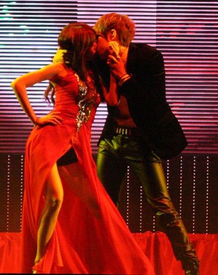 """Cả 2 đã """"khóa môi"""" nhau trên nhiều sân khấu. Ảnh: Vietgiaitri"""
