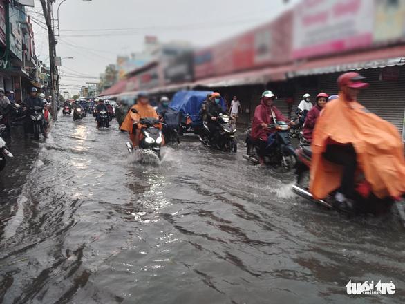 Ngập lụt tại khu vực chợ Thủ Đức (Ảnh: Tuổi Trẻ)