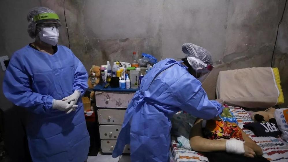 Nhân viên y tế tạiBrazil theo dõi tình hình bệnh nhân Covid-19(Ảnh: Reuters)
