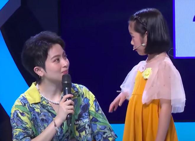 """Ngày càng điển trai, Gil Lê bị bé gái gọi là """"chú"""" trên truyền hình, MC Trấn Thànhnhanhchóng đính chính lại: """"Gọi là cô nha con"""". (Ảnh: Chụp màn hình)"""
