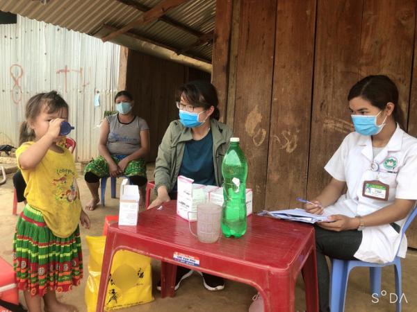 Trẻ em được cho uống thuốc dự phòng để phòng bệnh bạch hầu (Ảnh: Người lao động)
