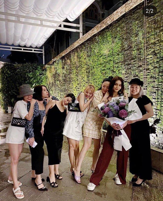 Tóc Tiên đăng ảnh cùng hội bạn(Ảnh: Instagram NV)