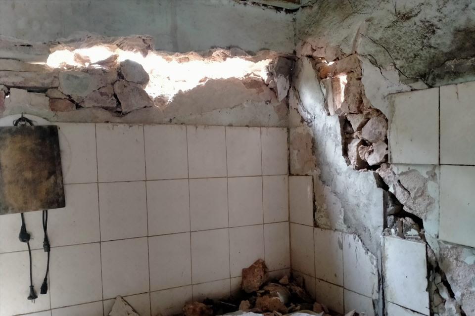 Mảng tường bị vỡ và đổ xuống do động đất (Ảnh: Báo Lao động)