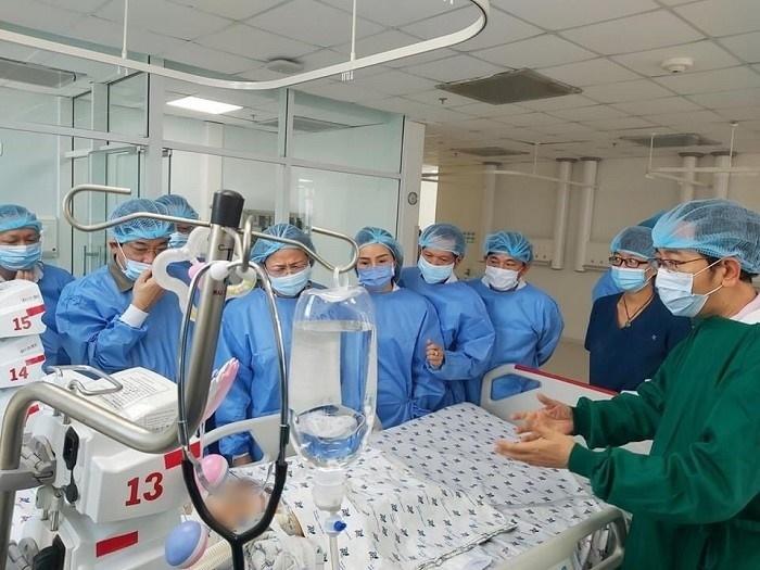 Phó Chủ tịch nước vào thăm hỏi sức khỏe của 2 bé sơ sinh (Ảnh: Báo Tin tức)