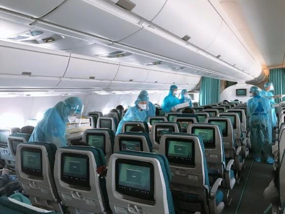 Nhân viên tổ bay kiểm tra kỹ các khoang trước khi khởi hành (Ảnh: Báo Sài Gòn Giải Phóng)
