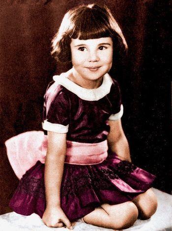 Khi con gái bị lao dốc sự nghiệp, bố mẹ Baby Peggy tiếp tục tìm cách theo đuổi phù phiếm của sự giàu sang. (Ảnh: Daily Mail)