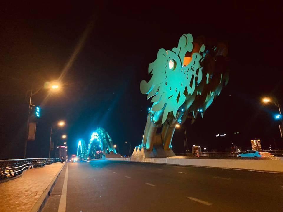 Cầu Rồng vốn là địa điểm nổi tiếng đông đúc ở Đà Nẵng nay cũng trở nên vắng vẻ hơn thường lệ. (Ảnh: FB KSC).