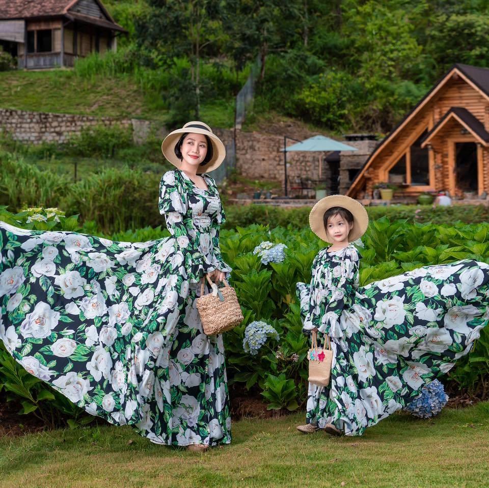 Ốc Thanh Vân và con gái như Alice ở xứ sở thần tiên. (Ảnh: FBNV)