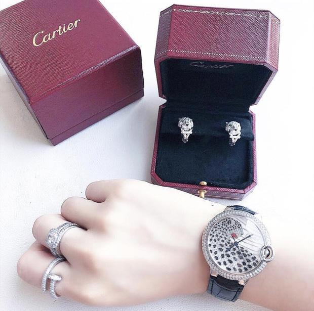Cartier Ballon Bleu với mặt đính hình tượng báo đốm, mức giá cũng đến vài trăm triệu đồng. (Ảnh: FBNV)