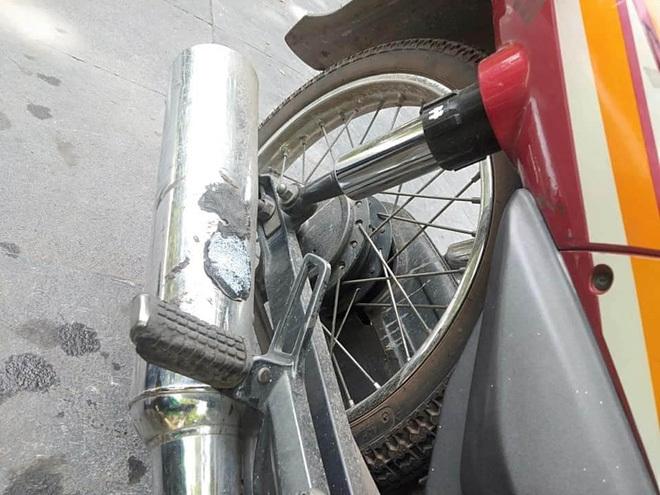 Hẳn là đế giày bị chảy và dính chặt vào pô xe. (Ảnh: KSC).