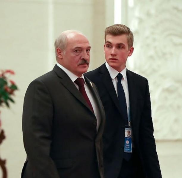 Hình ảnh chín chắn của quý tử Tổng Thống Belarus khi tháp tùng cùng bố. (Ảnh: Pinterest)