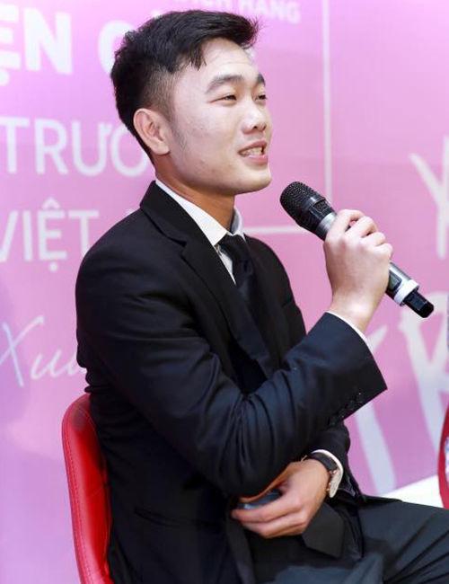 Lương Xuân Trường trong một buổi phỏng vấn hồi 2018 cũng trở thành tâm điểm với lỗi make up của mình. Anh vẫn nam tính và chỉn chu khi diện vest nhưng gương mặt trắng bệch mới là điều đáng nói. (Ảnh: T.H)