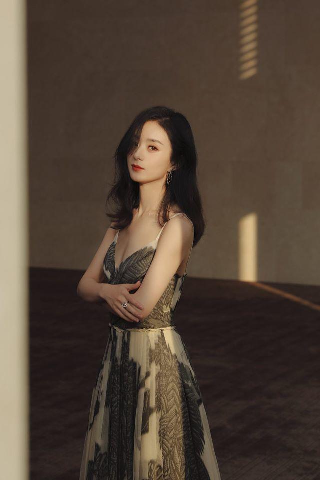 Triệu Lệ Dĩnh nhận được nhiều sự chú ý khi có tin đồn tham gia Không Hổ Là Tỷ Tỷ. (Ảnh: Weibo).