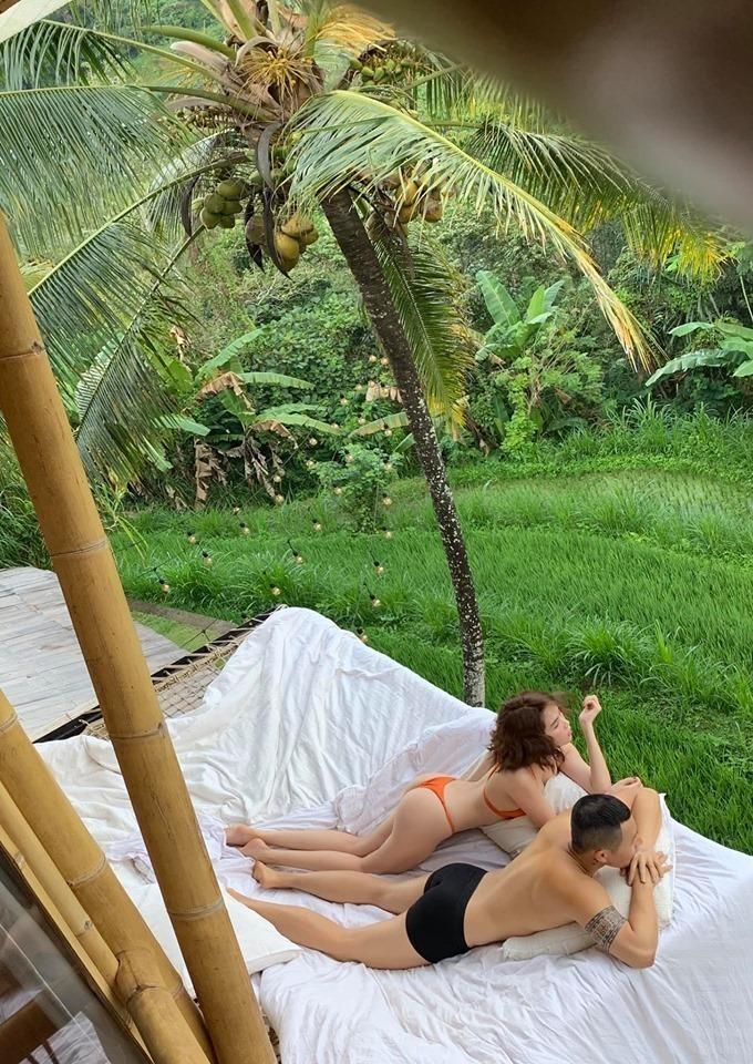Chuyến du lịch tại Bali, cặp đôi tiếp tục có những khoảnh khắc tình tứ. Trong các vlog của mình ông bầu họ Vũ cũng cố tình dành cho cảhai không gian riêng tư như thể đang hưởng tuần trăng mật (Ảnh: NVCC). - Tin sao Viet - Tin tuc sao Viet - Scandal sao Viet - Tin tuc cua Sao - Tin cua Sao