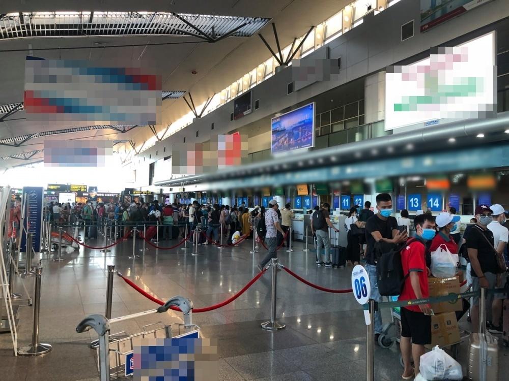 Sân bay Đà Nẵng chật kín người checkin đợi làm thủ tục bay. (Ảnh: Thời Đại)