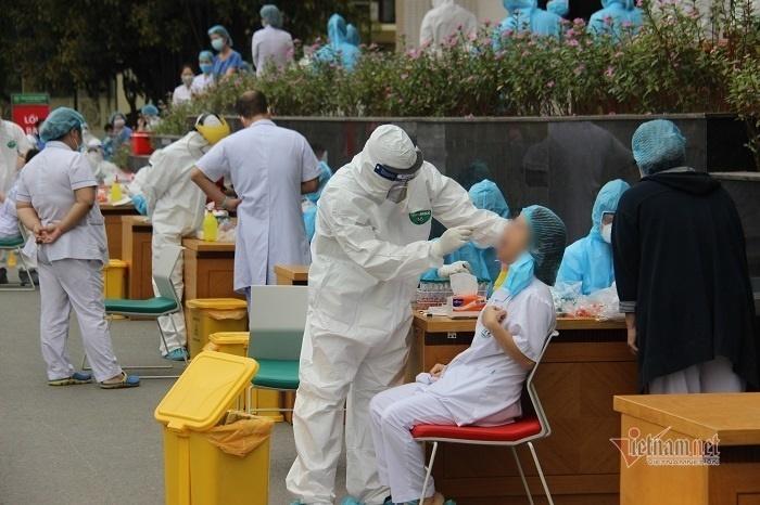 Các nhân viên y tế được lấy mẫu xét nghiệm Covid-19 (Ảnh: Vietnamnet)