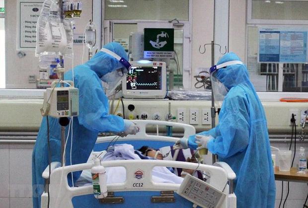 Các bác sĩ đang điều trị cho một bệnh nhân mắc Covid-19. (Ảnh: TTXVN)