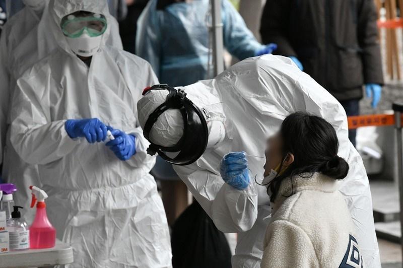 Tiến hành lấy mẫu xét nghiệm nCoV cho người dân ở Hàn Quốc. (Ảnh: Nature)