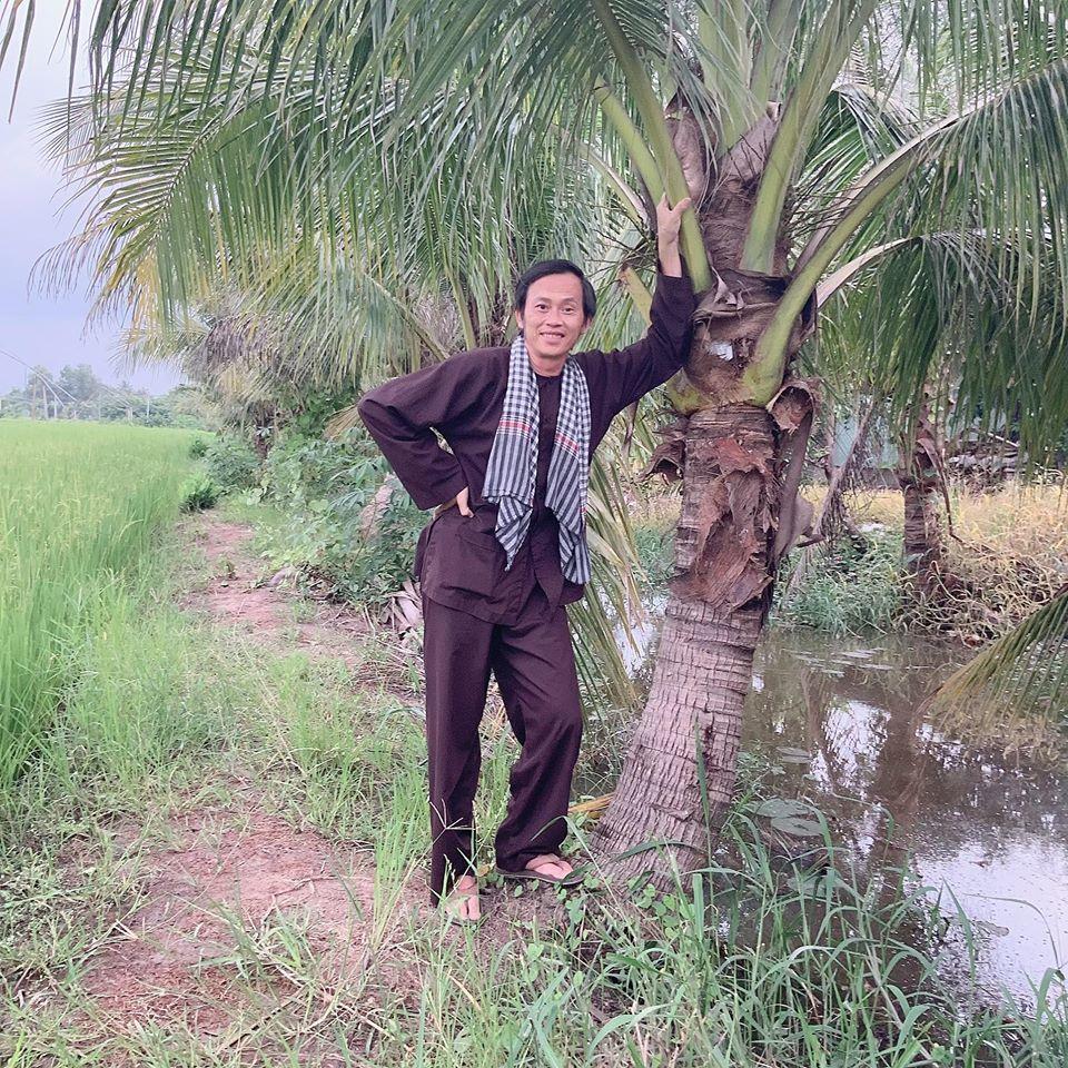 Hoài Linh luôn cảm thấy thoải mái, nhẹ nhàng khi diện bà ba đơn điệu như thế này. Anh không quen lắm với diện mặc quần áo hoành tráng, hàng hiệu như các nghệ sĩ khác. (Ảnh: FBNV) - Tin sao Viet - Tin tuc sao Viet - Scandal sao Viet - Tin tuc cua Sao - Tin cua Sao