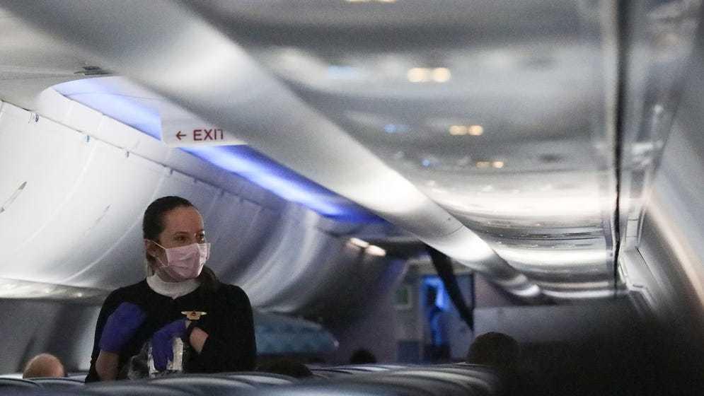 """Hãng hàng không còn lên danh sáchcấm bay suốt đời với những vị khách """"cứng đầu"""" không đeo khẩu trang. (Ảnh: Insider)"""