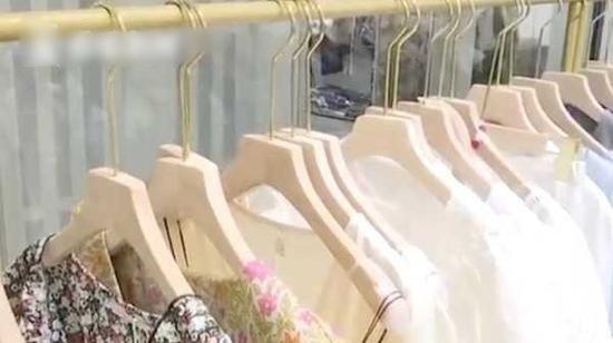 Những chiếc móc quần áo bị người phụ nữ lấy trộm. (Ảnh: Cắt từ clip)