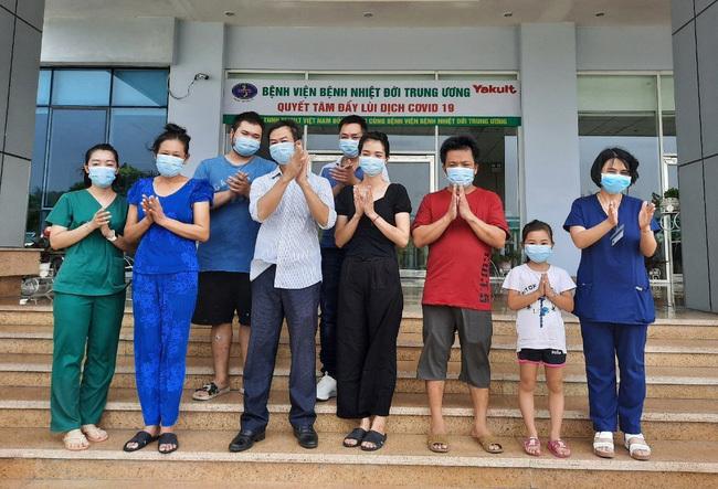 7 bệnh nhân được cho xuất viện tại Bệnh viện Bệnh Nhiệt đới Trung ương (Ảnh: VTV)