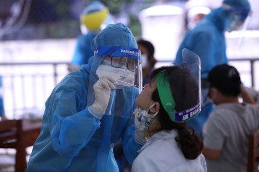 Nhân viên y tế lấy mẫu xét nghiệm Covid-19. (Ảnh: Báo Chính phủ)