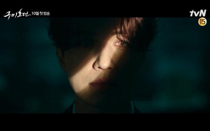 Lôi cuốn với hình ảnh bí ẩn cùng tông giọng trầm khàn khiến nhiều người trông đợi vai diễn mới này. (Ảnh: tvN)