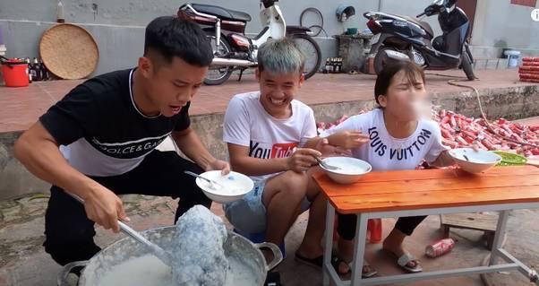 Ăn xong 2 người em mới phát hiện ra sự việc trong sự khoái chí của Hưng(Ảnh cắt từ video)