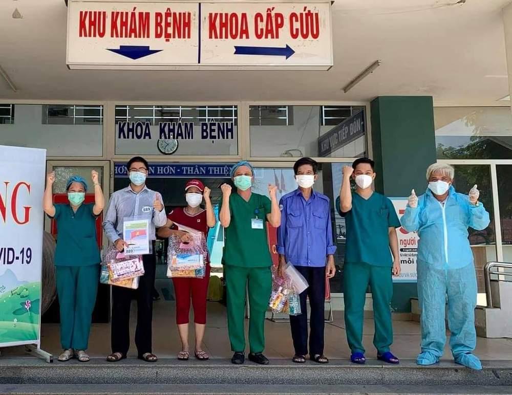 Các bệnh nhân tạiTrung tâm Y tế Hòa Vang được công bố khỏi bệnh (Ảnh: Sức khỏe và Đời sống)