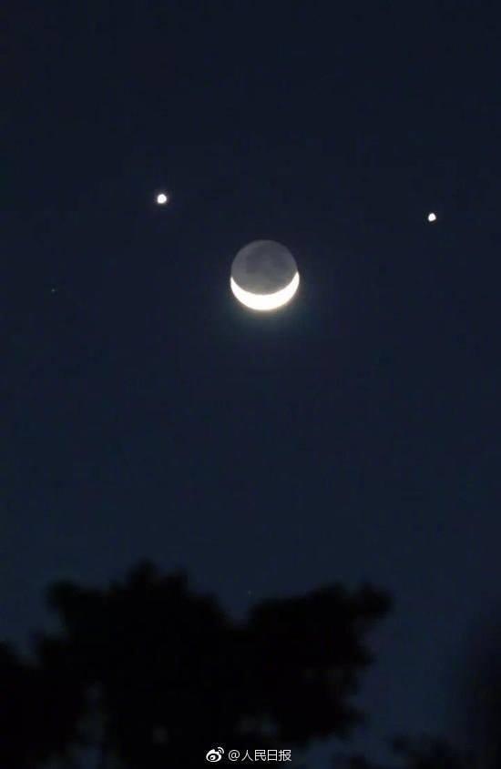 """Khi """"Song tinh bán nguyệt"""" xuất hiện, sao Thổ và sao Mộc sẽ ở rất gần Mặt Trăngsáng hình khuyết. (Ảnh:Weibo)"""