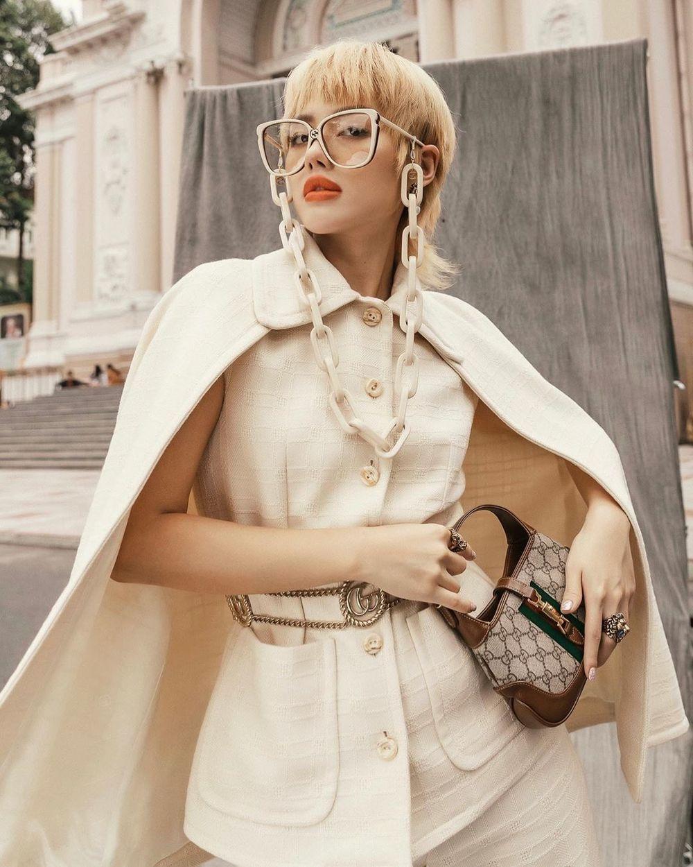 Khánh Linh The Face phá cách với tạo hình mới, bộ cánh hơi hướng quý cô châu Âu cùng màu tóc vàng khiến người đẹp nổi bật giữa phố. (Ảnh: FBNV)