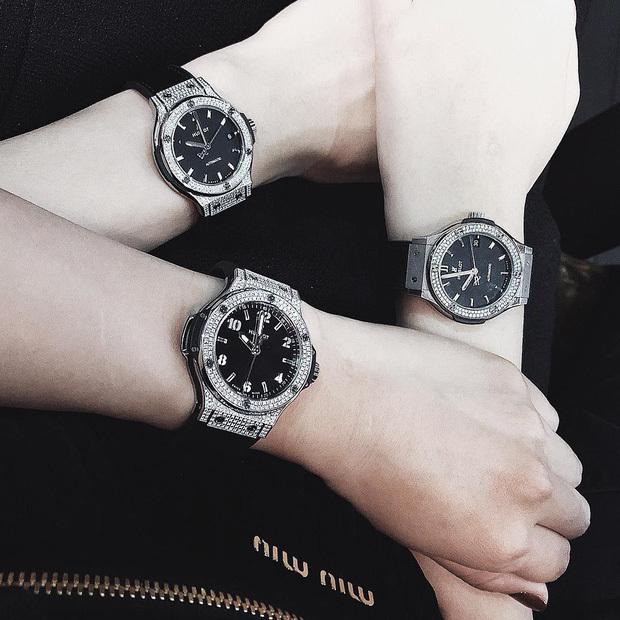 Đồng hồ vài trăm triệu mà cũng được mua giống nhau thế này đây. (Ảnh: FBNV) - Tin sao Viet - Tin tuc sao Viet - Scandal sao Viet - Tin tuc cua Sao - Tin cua Sao