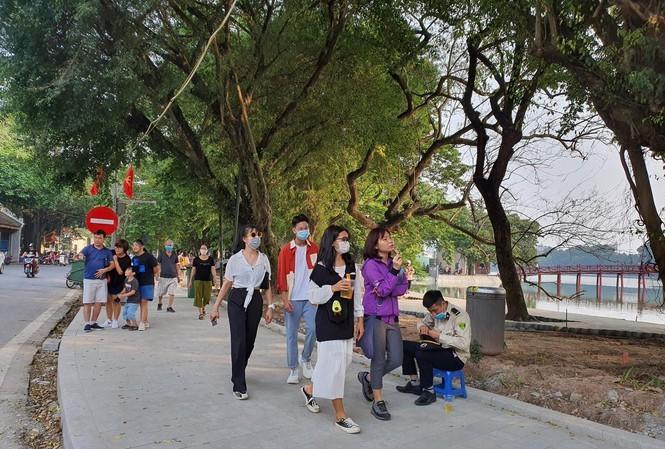 Hồ Hoàn Kiếm thưa người hơn mọi năm trong dịp lễ. (Ảnh: Tiền Phong).